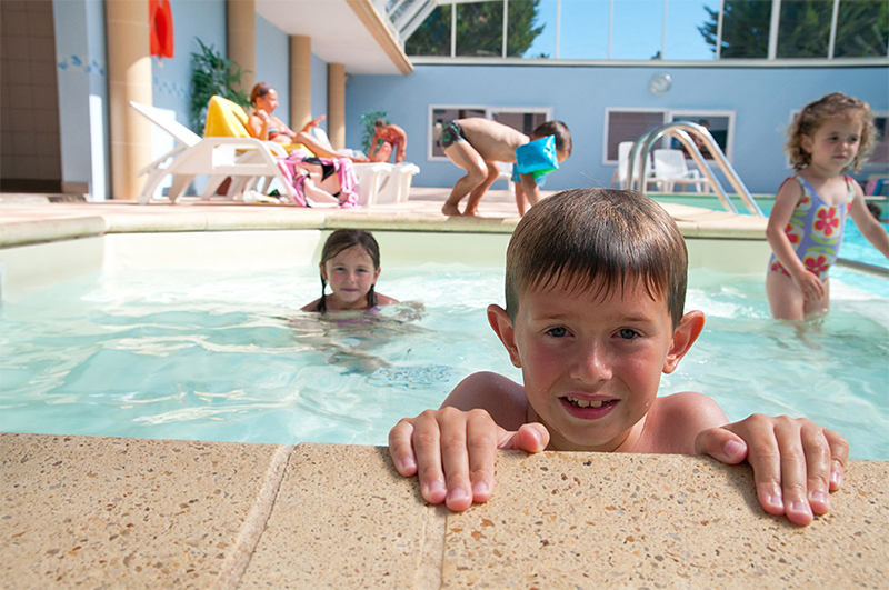 piscine couverte au camping Sainte Anne