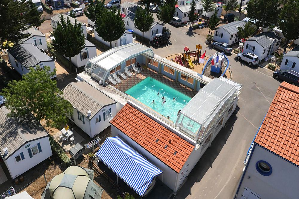 piscine avec toit amovible au camping familial
